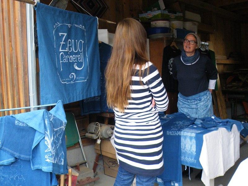 Bettina verkauft Produkte der Zeugfärberei Gutau