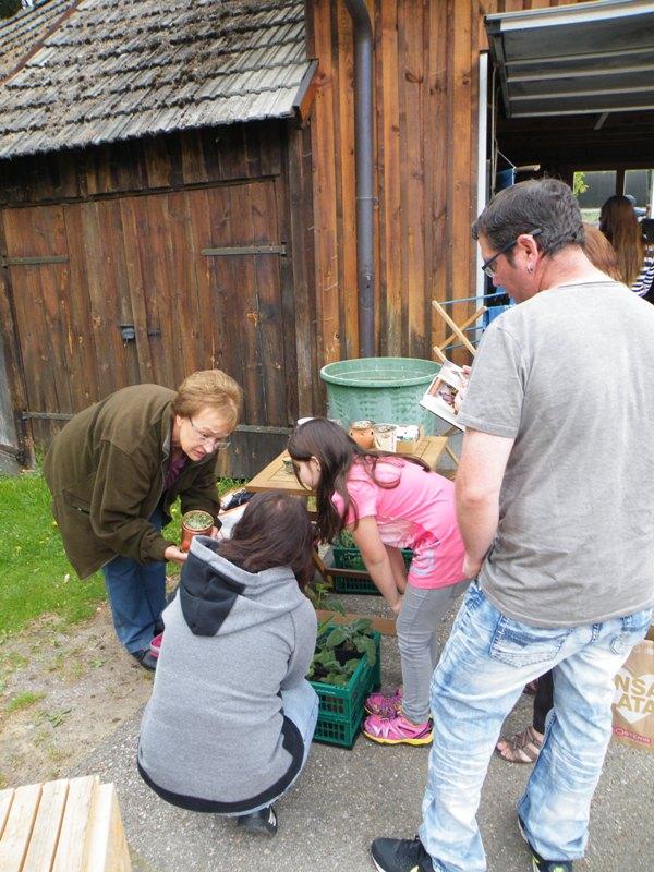 Inge erzählt zu ihren einheimischen Räucherwaren
