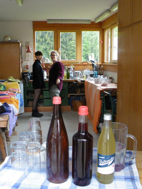 Rosa und Lucy am Getränkestand